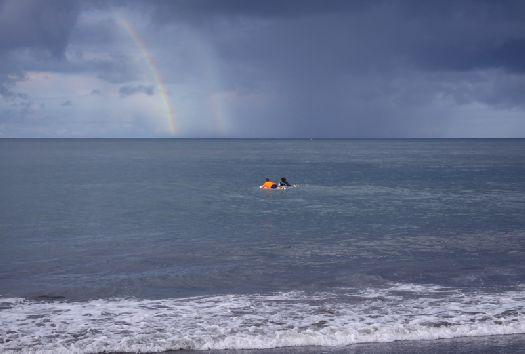 В океане можно искупаться и под дождиком, зато какое потом наслаждение наблюдать радугу!