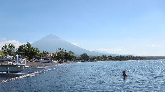 Пляж Амед на северном побережье Бали