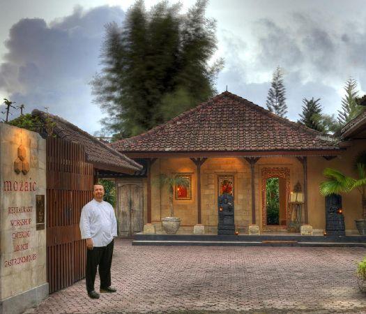 В ''Mozaic'' работает невероятно талантливый шеф-повар, благодаря которому это заведение, несмотря на довольно высокие цены, никогда не пустует