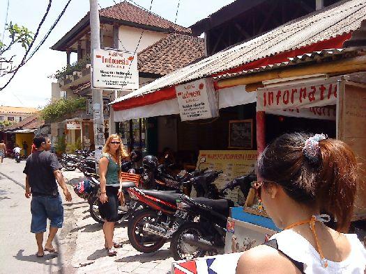 По сути балийский варунг - это ''аутентичная едальня''