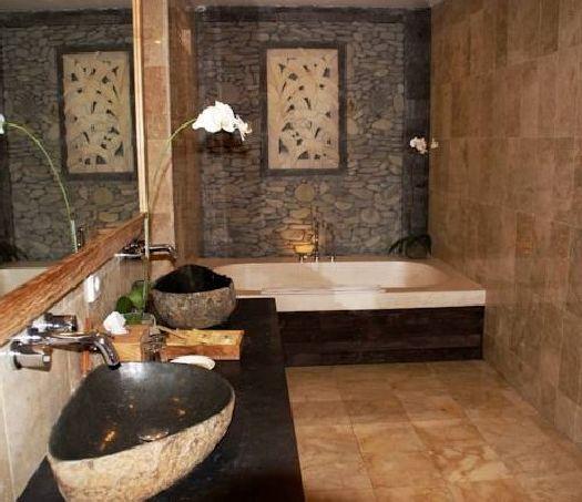 Ванная комната с оригинальной отделкой стен