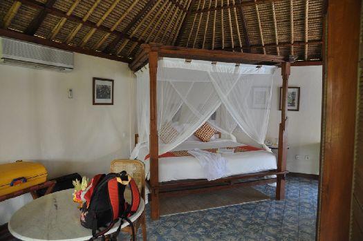 Двухместная кровать в бунгало отеля ''Tandjung Sari''