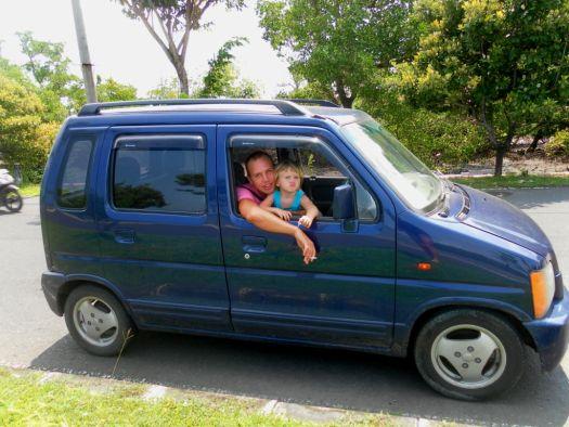 Если Вы путешествуете с детьми, то лучше взять машину, чем байк.. все-таки передвижение на скутерах и мопедах не слишком безопасно на острове