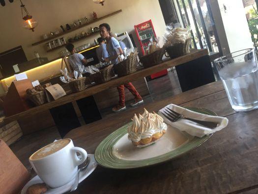 Уютное кафе Livingstone в Куте, где подают  свеже-обжаренный кофе