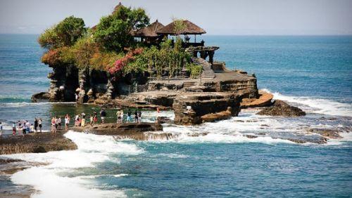 Храм Танах-Лон знаменит тем, что расположен на скале в море, а подойти  к нему возможно только во время отлива