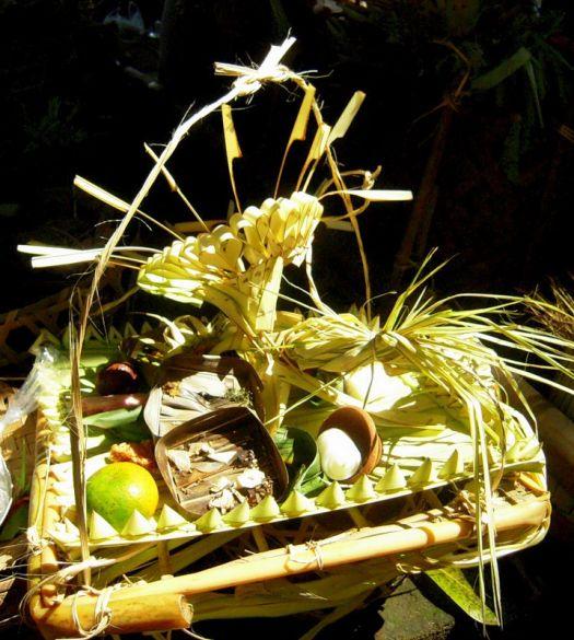 Жертвоприношение на Бали - символ почитания жителями острова Бали своих традиций и  религии