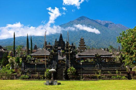 Жители Бали считают, что хорошие духи живут в горах, а море принадлежит демонам