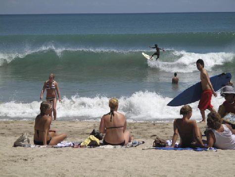 В Куте есть как русские школы серфинга, так и международные