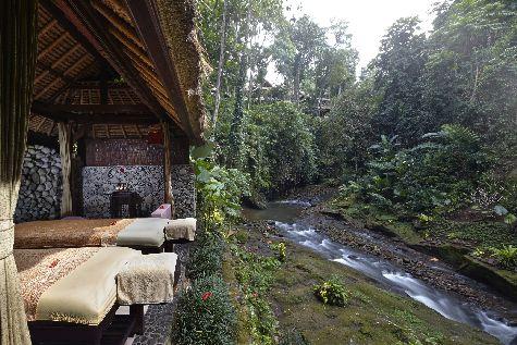 В павильонах спа-отеля Tjampuhan-Spa можно заказать гидромассажные ванны из горячих и холодных источников, а также принять сеанс релаксирующего массажа