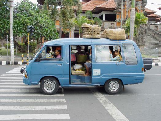 Автобусы Бемо - распространенный дешевый вид транспорта, но не очень комфортный и безопасный