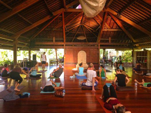 Помимо йоги в Убуде можно прогуляться по джунглям, взять уроки игры на гамелане, записаться на балийские танцы или заняться рафтингом